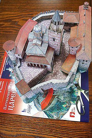"""Царският дворец на Царевец Дворецът на българските царе е разположен на най-удобното място на хълма Царевец с главен вход от север. Площта му е 4872 кв.м. Укрепен е с дебела крепостна стена с пет бойни кули и два входа. Дворцовите постройки се оформят около обширен вътрешен двор. Тронната зала и приемните помещения са в западната половина на двора. От изток е жилищният блок и административното крило, а под тях – огромни изби, вкопани в земята. В югозападната част се намират кухненските помещения и трапезарията, а от северната – гвардейските казарми. В средата на двора се издигала църквата """"Св.Петка"""", в която са били погребани някои от търновските царе. Водоснабдяването се е осигурявало чрез резервоар, захранван от подземен извор. На мястото на двореца преди се е издигал фамилният замък на братята Асен и Петър. След провъзгласяването на Търново за столица на Втората българска държава замъкът в продължение на двеста години е използван за дворец на българските царе. Столицата пада в ръцете на турците през 1393 г. след тримесечна обсада. Дворецът бил ограбен, опожарен и разрушен. Едва след Освобождението, през 1884 г. се правят първите разкопки тук, но дворецът е цялостно проучен в периода от 1950 до 1962 г."""